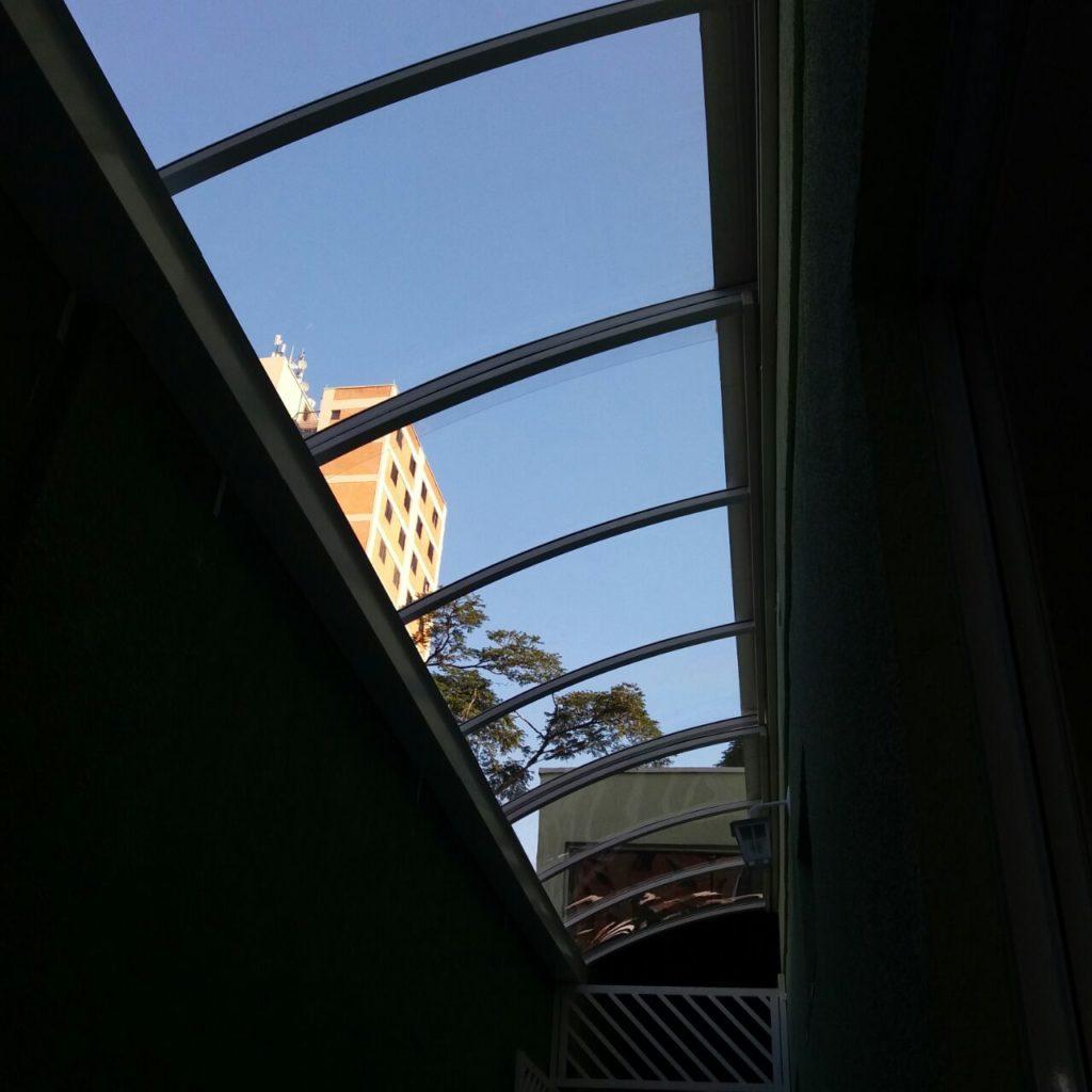 cobertura de corredor em policarbonato